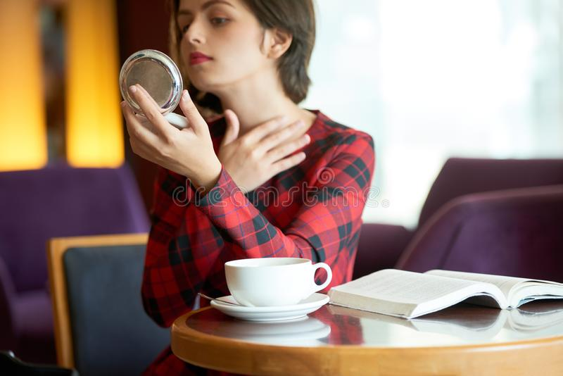Femme vérifiant bruce ou bouton sur le cou photos libres de droits