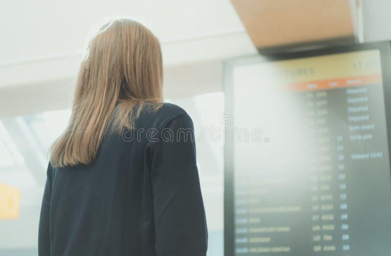 Femme vérifiant son vol images libres de droits