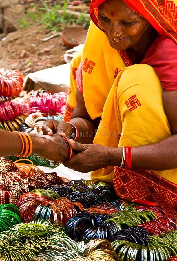 Femme vendant des bracelets images stock