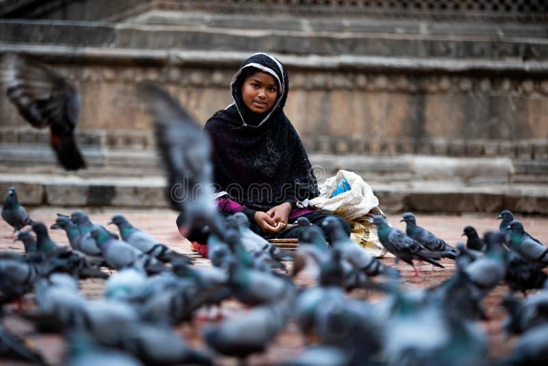 Femme vendant des graines dans la rue image stock