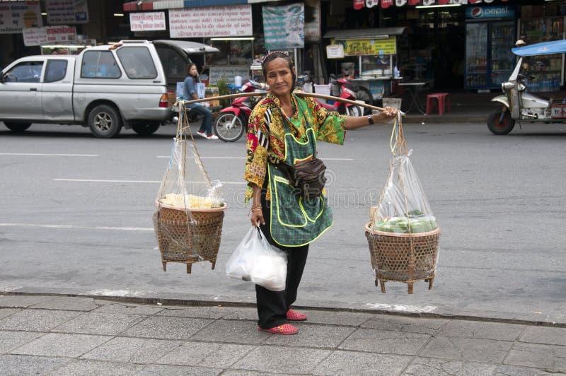 Femme vendant la nourriture à Bangkok photos libres de droits