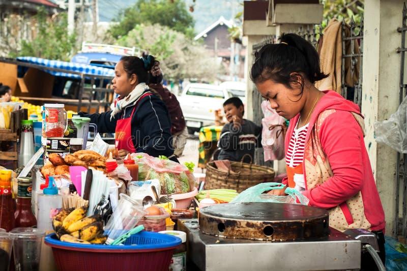 Femme vendant la nourriture asiatique traditionnelle de style à la rue Luang Prabang, Laos image libre de droits