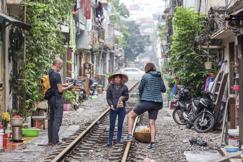 Femme vendant la nourriture aux touristes, Hanoï, Vietnam photos libres de droits