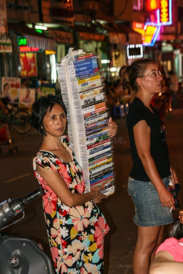 femme vendant le CD à Ho Chi Minh Ville la nuit image stock