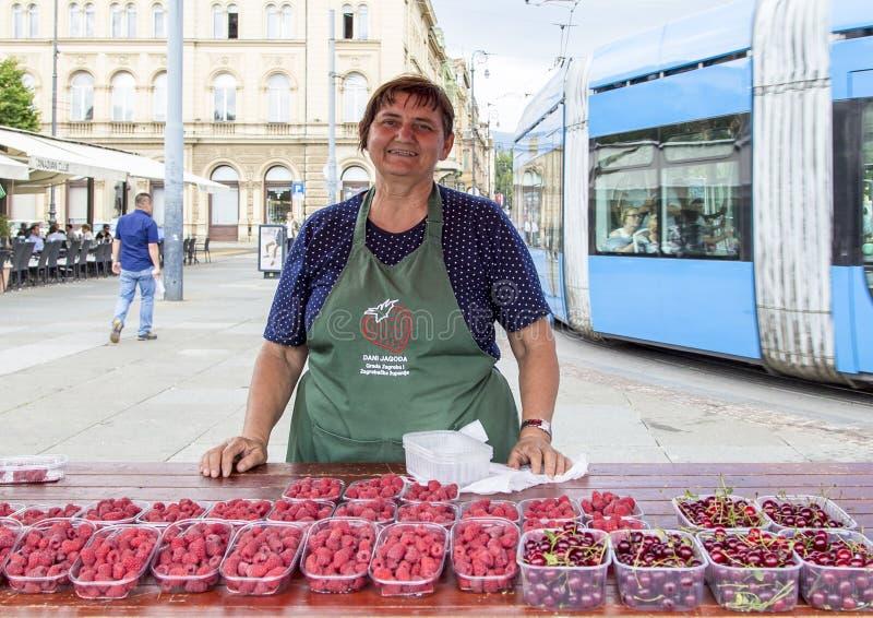 Femme vendant le fruit dans le zegreb, Croatie photo libre de droits