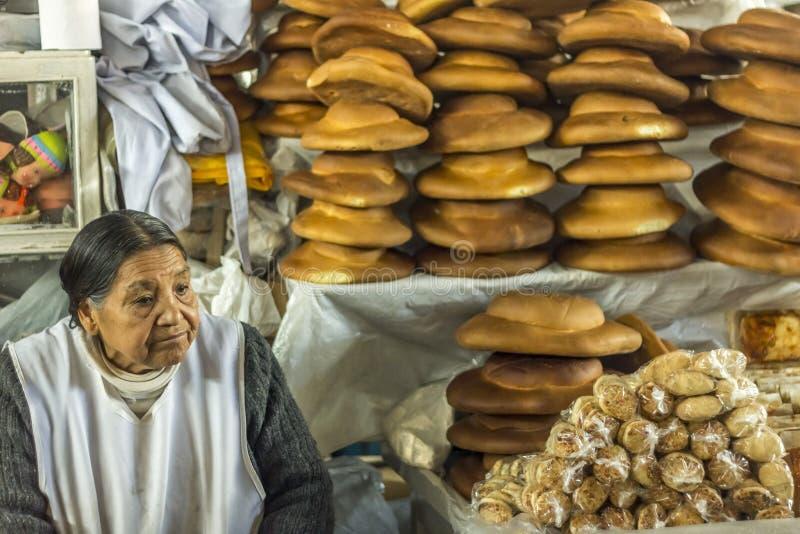 Femme vendant le marché Cuzco Pérou de pain photos stock
