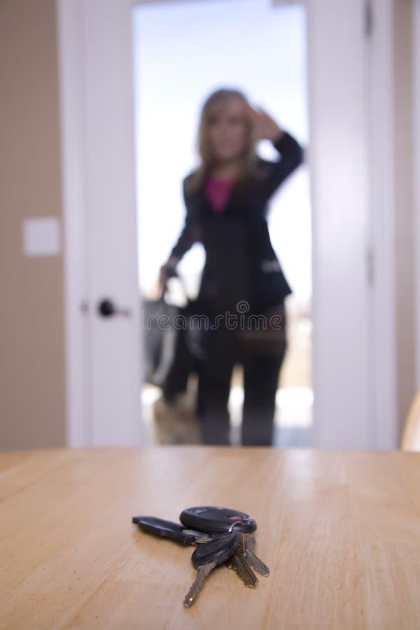 Femme verrouillée à l'extérieur image libre de droits