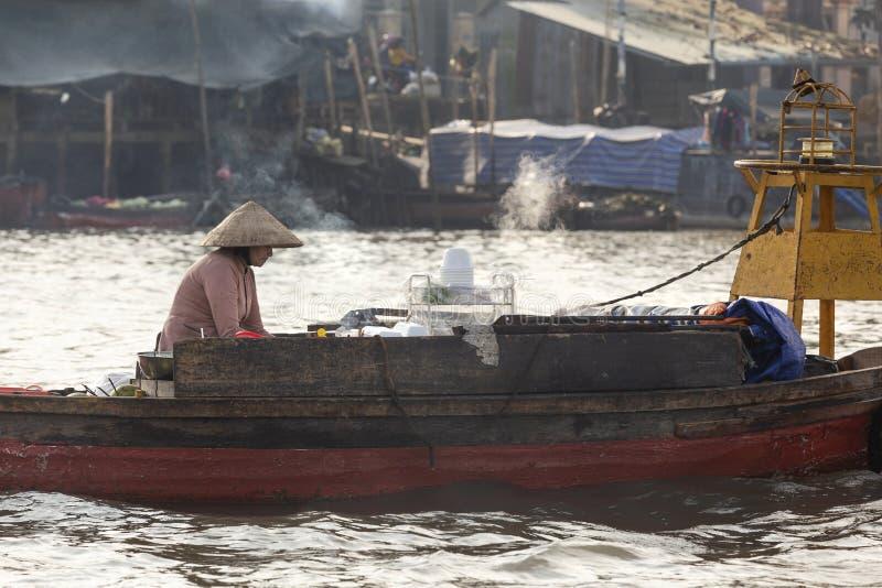 Femme vietnamienne chez Cai Rang Floating Market, Can Tho, Vietnam photographie stock