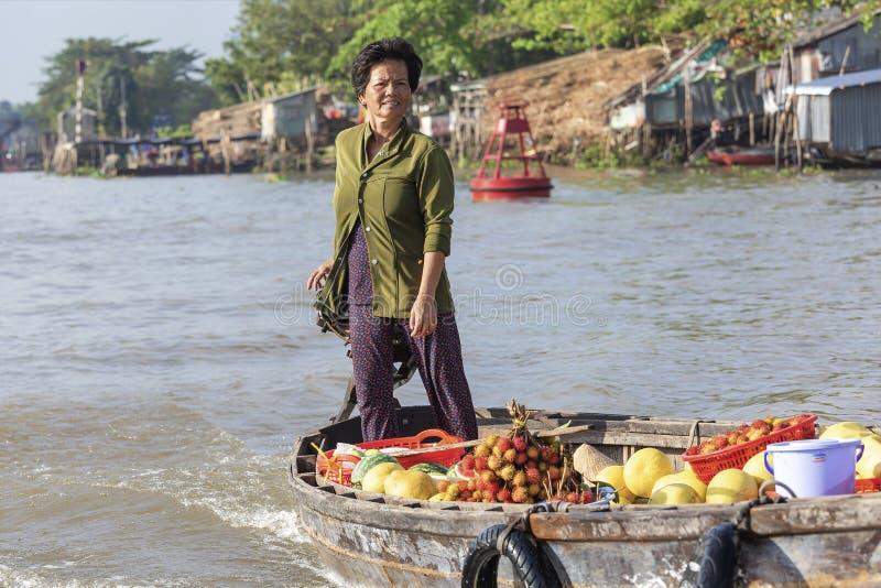 Femme vietnamienne chez Cai Rang Floating Market, Can Tho, Vietnam photographie stock libre de droits