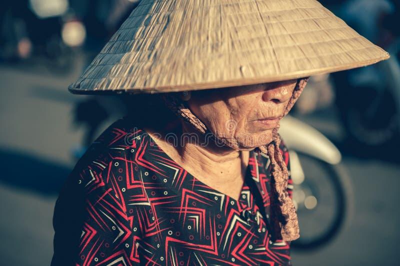 Femme vietnamienne dans le chapeau triangulaire images stock