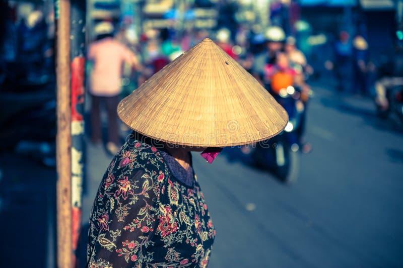 Femme vietnamienne dans le chapeau triangulaire image libre de droits