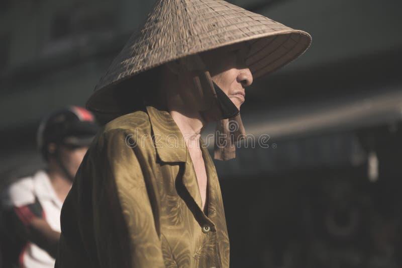 Femme vietnamienne dans le chapeau triangulaire photographie stock libre de droits