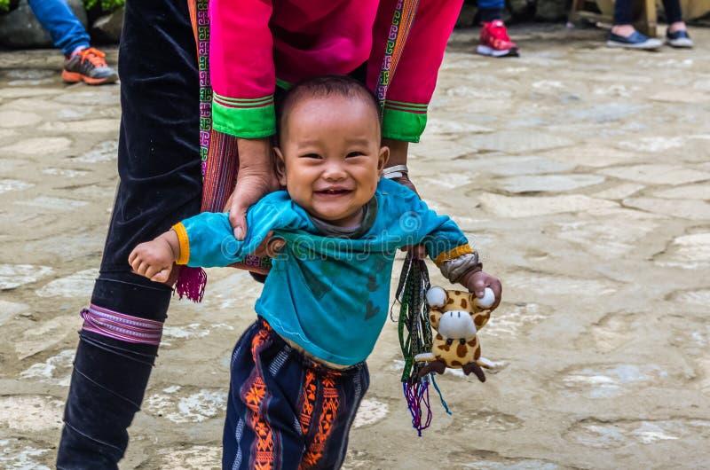 Femme vietnamienne de minorité ethnique de Hmong avec le petit enfant image stock