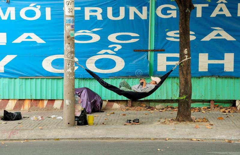 Femme vietnamienne dormant dans un hamac en Ho Chi Minh City image libre de droits