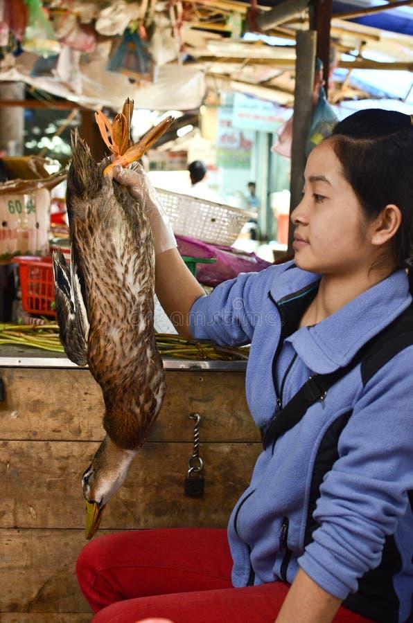 Femme vietnamienne locale sur un marché photo libre de droits
