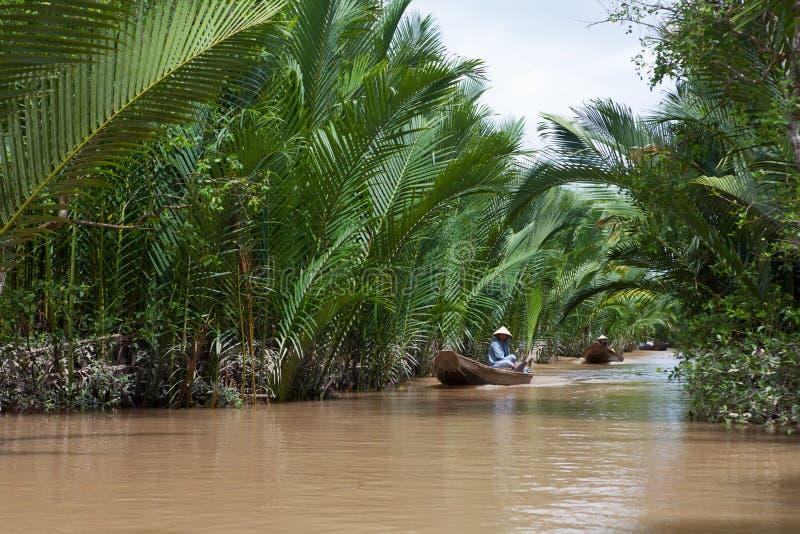 Femme vietnamienne ramant un bateau dans le Mekong photo libre de droits