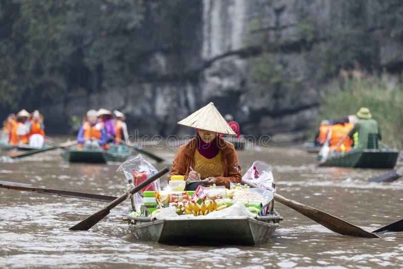 Femme vietnamienne vendant la nourriture en Tam Coc photographie stock libre de droits