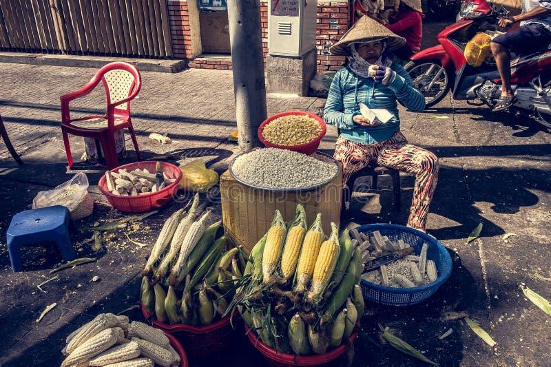 Femme vietnamienne vendant le maïs image stock