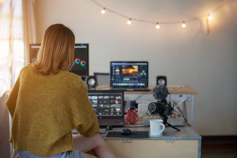 Femme visuelle de rédacteur de postérieur travaillant avec la longueur photographie stock
