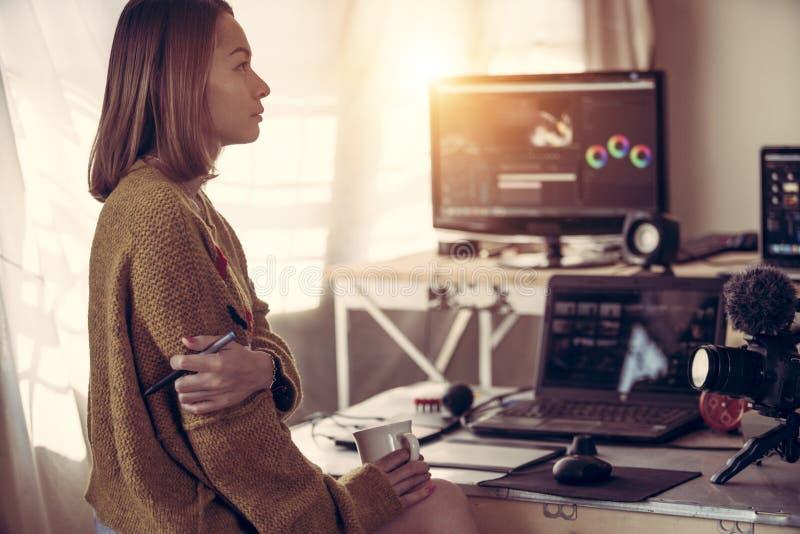 Femme visuelle de rédacteur travaillant avec la vidéo de longueur photographie stock