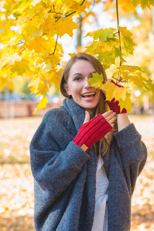 Download Femme Vivace Riante En Parc D'automne Image stock - Image du jeune, ensoleillé: 45355787