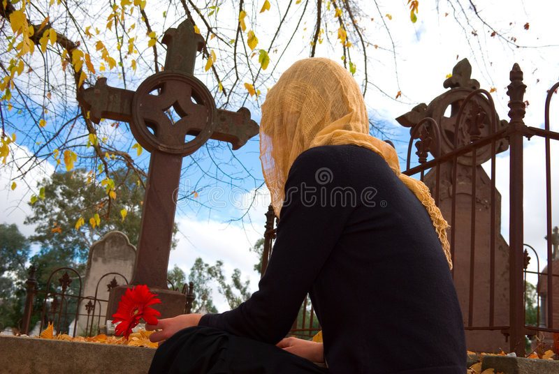 Femme voilé à la tombe photo stock
