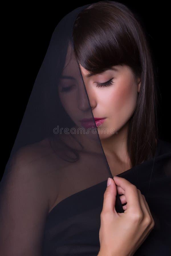 Femme voilée par noir photographie stock libre de droits