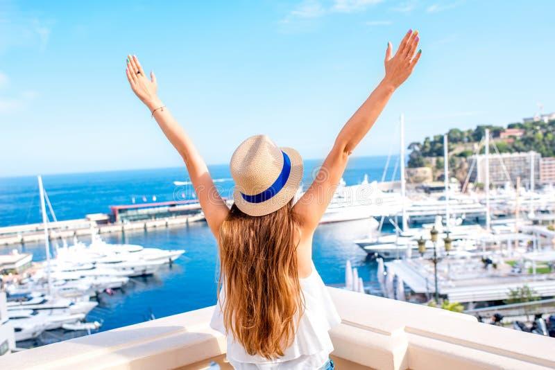 Femme voyageant au Monaco images stock
