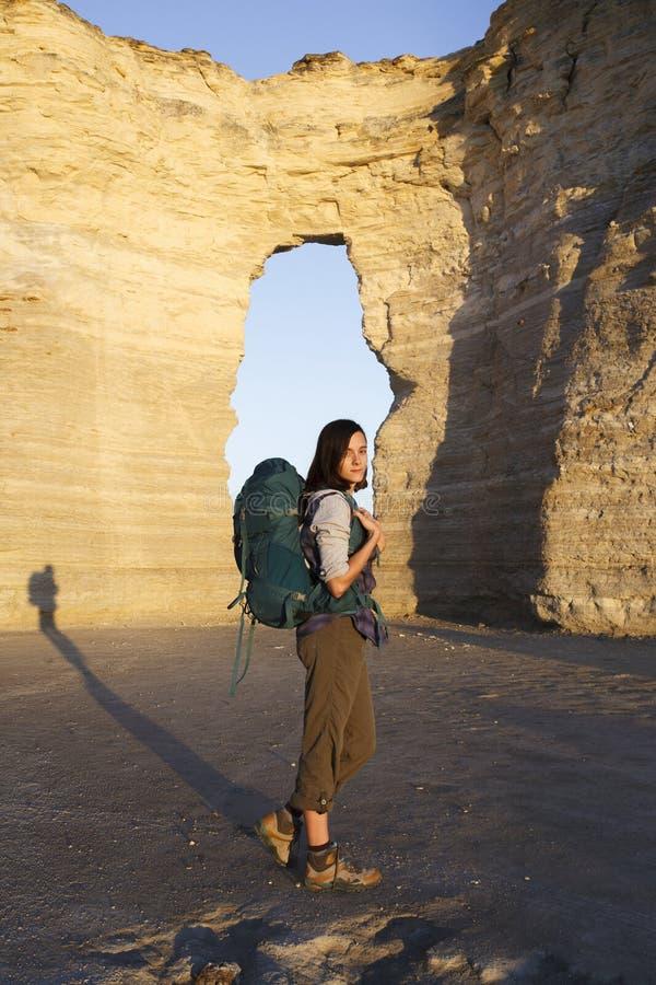 Femme voyageant avec le sac à dos en solo photographie stock