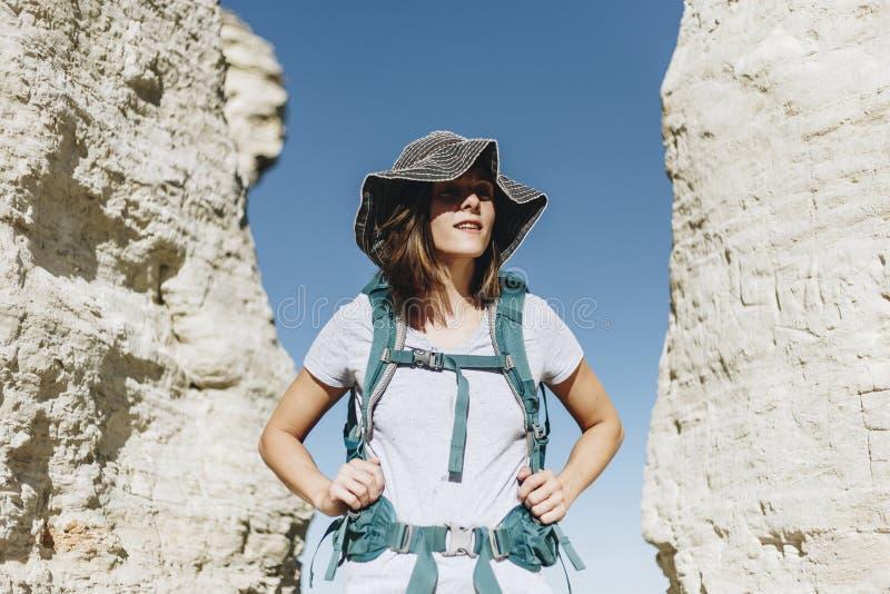 Femme voyageant avec le voyageur de sac à dos photographie stock libre de droits