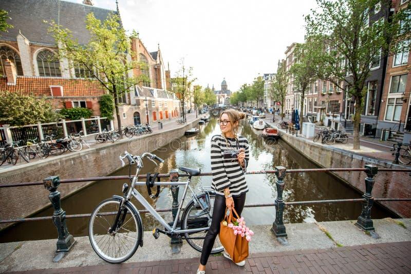 Femme voyageant dans la ville d'Amsterdam photos stock