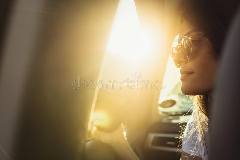 Femme voyageant en une voiture photos stock