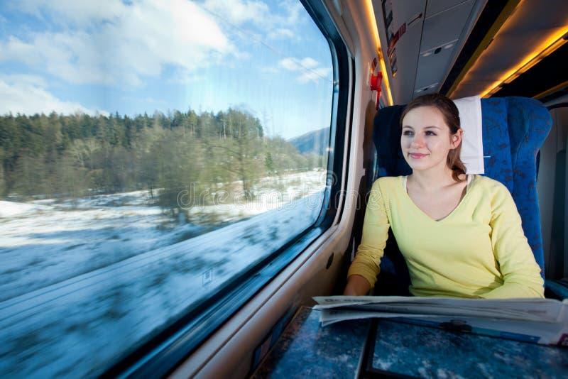 Femme voyageant par chemin de fer photo libre de droits