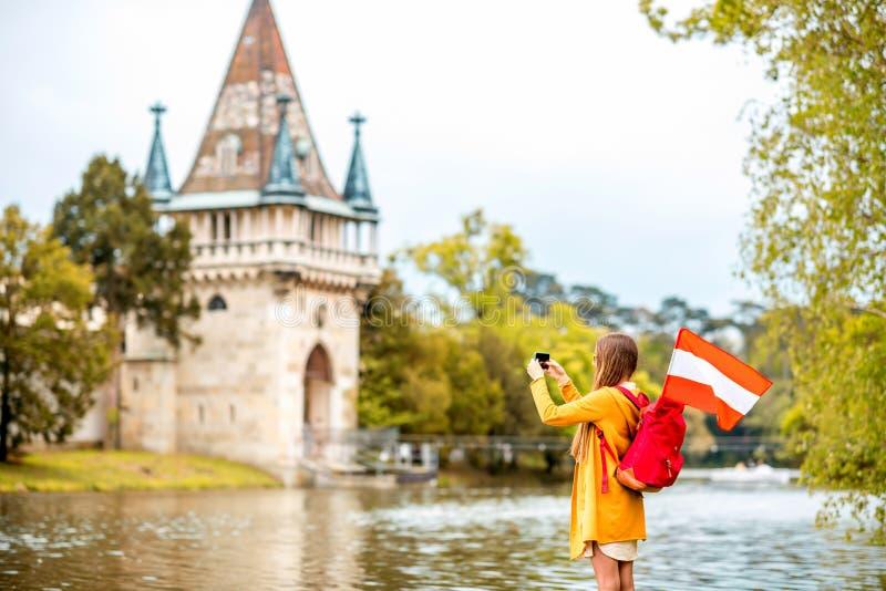 Femme voyageant près du château autrichien photo stock