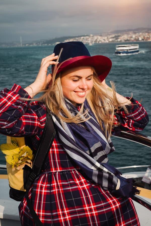 Femme voyageant sur le ferry à Istanbul dans le détroit du Bosphore images libres de droits