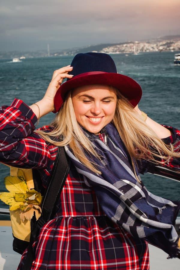 Femme voyageant sur le ferry à Istanbul dans le détroit du Bosphore photo stock