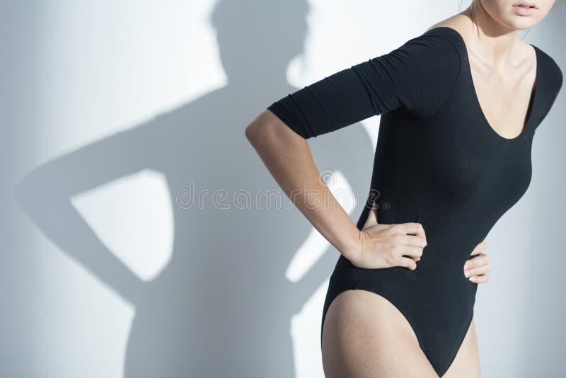 Femme waering tenant son estomac photo stock