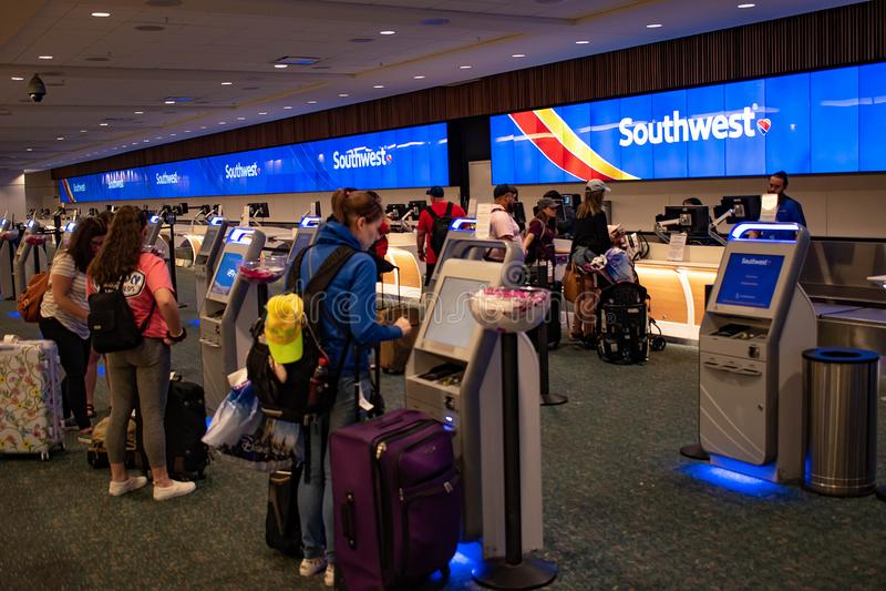 Femmes à l'aide de la machine d'individu dans le compteur de sud-ouest chez Orlando International Airport photos stock