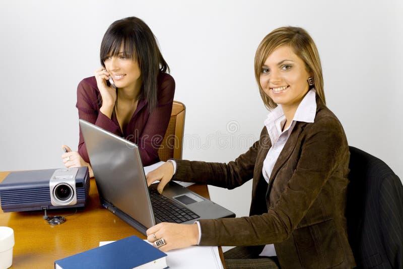 Femmes à la table de conférence photographie stock libre de droits