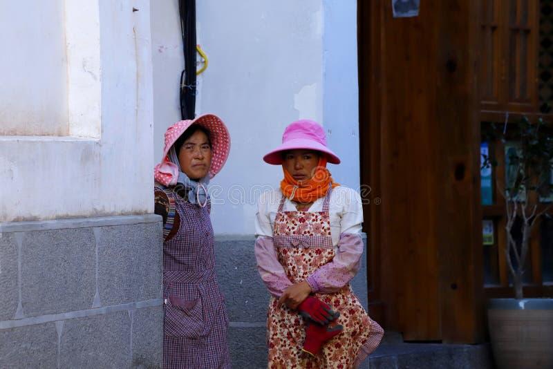 Femmes ? un march? de village pr?s de la ville antique de Lijiang, Yunnan, Chine images libres de droits