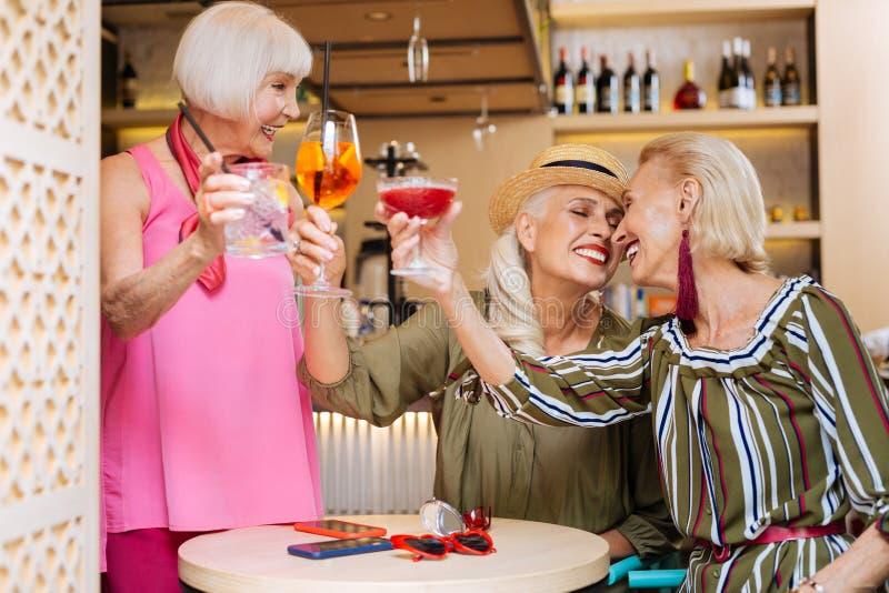 Femmes âgées par positif ayant l'amusement photo stock