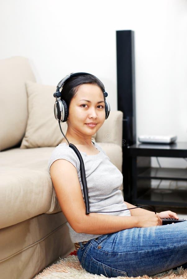 Femmes écoutant l'écouteur photo libre de droits