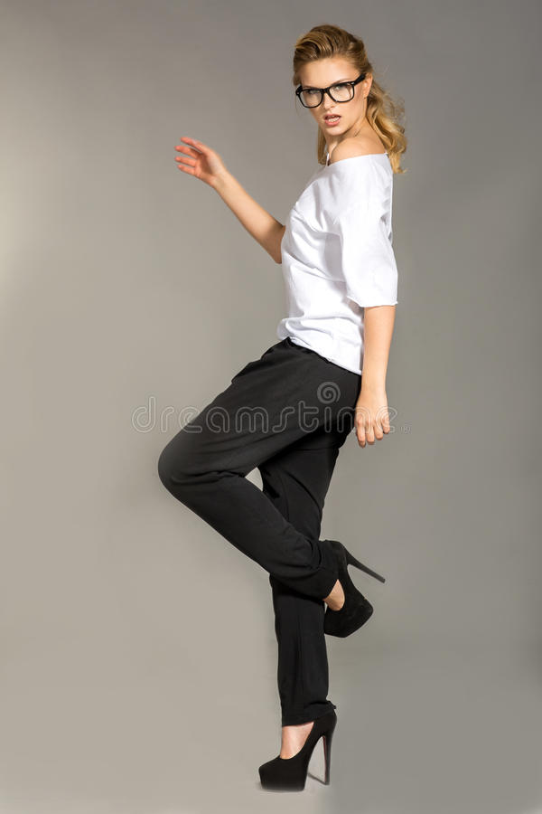 Femmes élégantes dans les vêtements et les highheels élégants photographie stock libre de droits