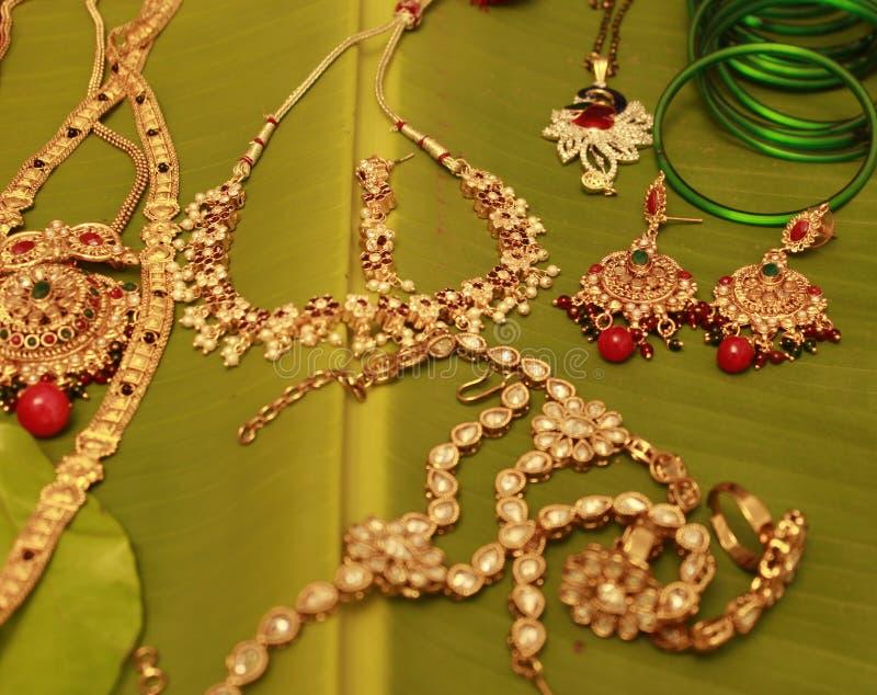 Femmes épousant des bijoux image stock