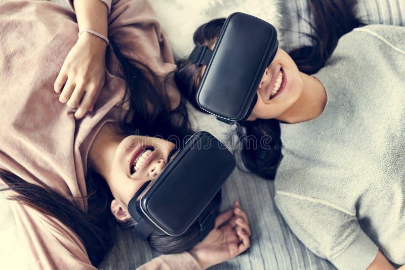 Femmes éprouvant la réalité virtuelle avec le casque de VR photos stock