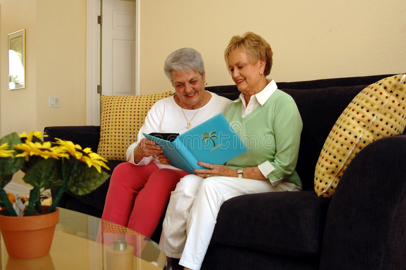 Femmes aînées partageant des mémoires image libre de droits