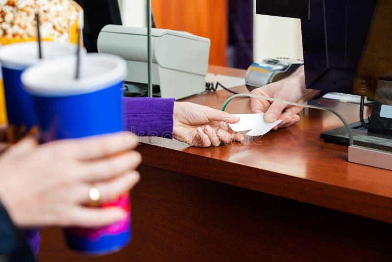 Femmes achetant des billets de film à la caisse images libres de droits