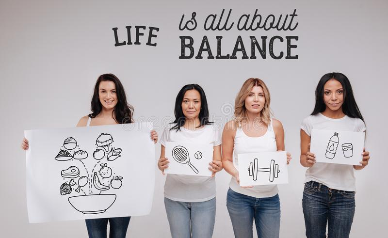 Femmes actives se sentant sûres et menant un mode de vie sain images libres de droits