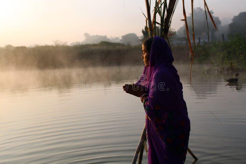 Femmes adorant Soleil Levant - Chhath Puja photos libres de droits