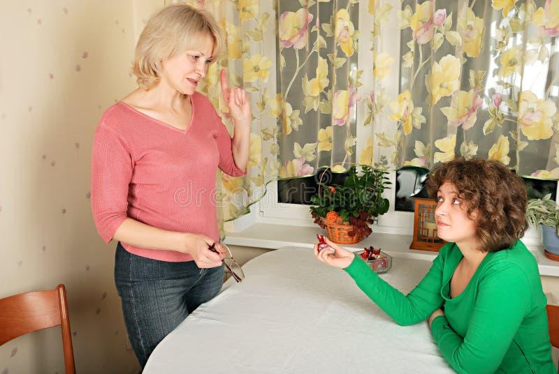 Femmes adultes et jeunes : conversation difficile images stock